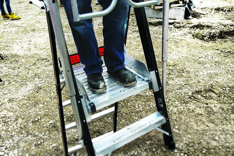 Stor solid platform 52x45 cm, som er yderst stabil. Er yderligere forsynet med fodspark.