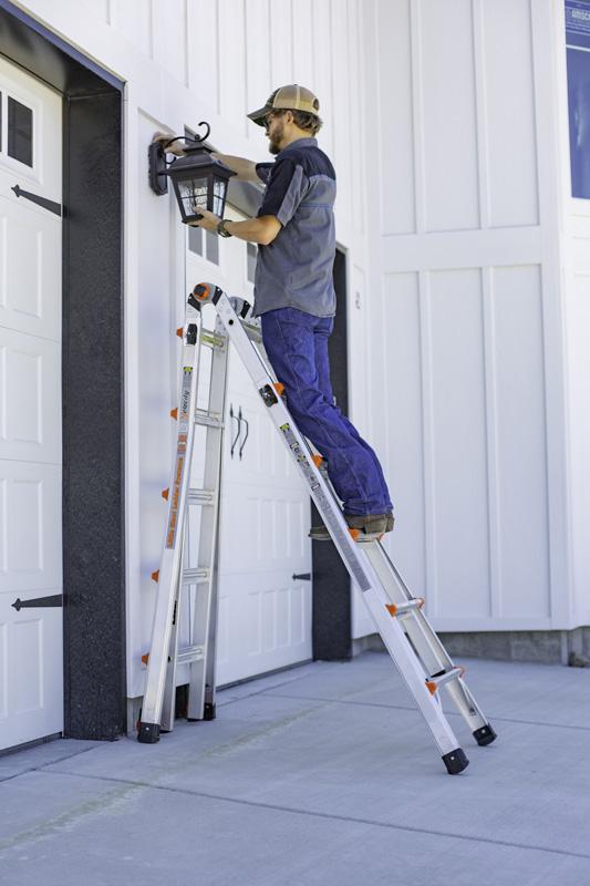 Opstillet som wienerstige er det muligt at have den ene del af stigen stående lodret, således at man kan komme helt tæt på væggen