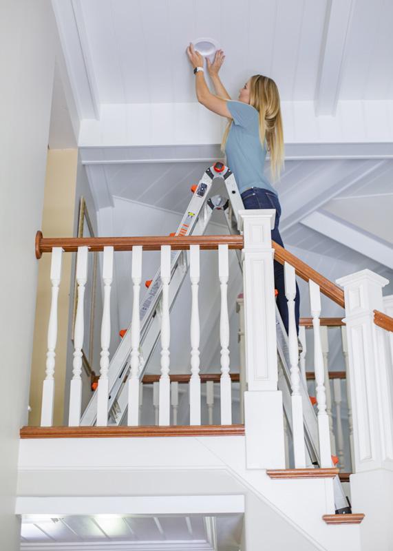Da hver ende kan udskydes separat, kan stigen stå på en trappe eller andet underlag med niveauforskelle.