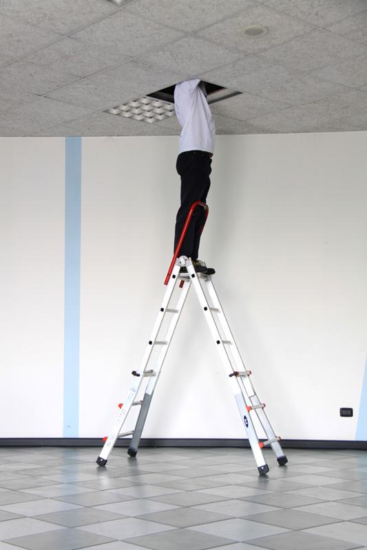 Ved tilkøb af platform m/bøjle kan stigens funktion udvides - det gør det muligt at anvende stigens øverste trin (passer kun på de to største modeller)