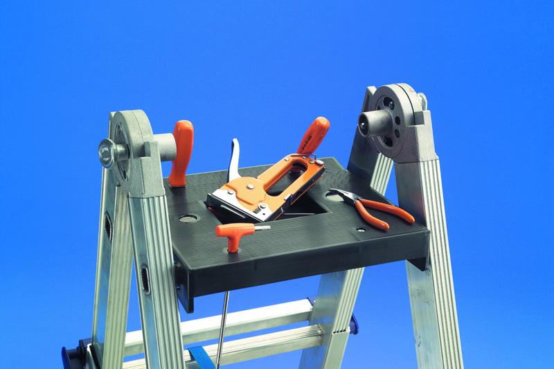 JUMBO Super Multistige er forsynet med praktisk aftageligt værktøjsbakke.